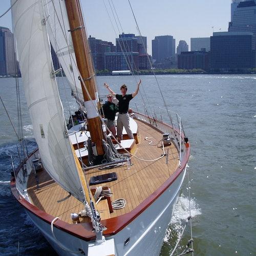 Goleta Adirondack III: Crucero durante el día