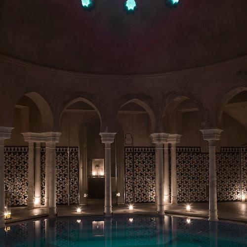 Hammam Al Ándalus Málaga con masaje y limpieza sobre piedras calientes