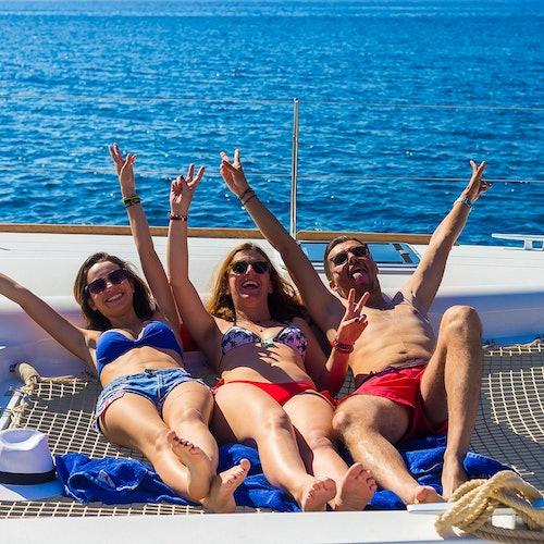 Santorini Sailing: Crucero compartido en catamarán con comidas y bebidas