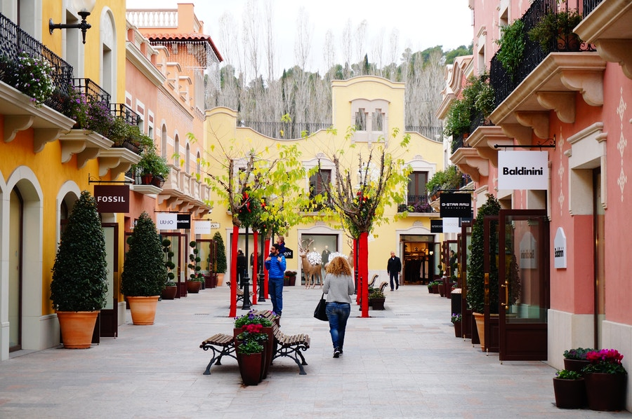 Outlet de diseñadores: La Roca Village Barcelona + Bus