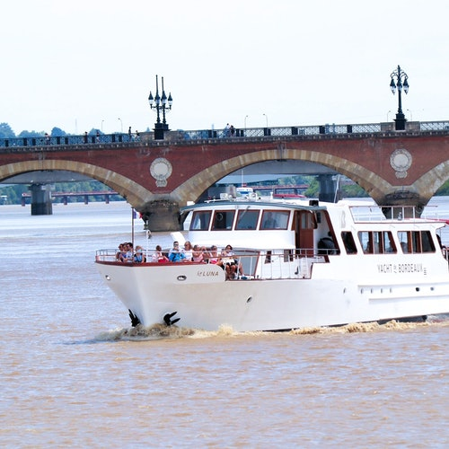 Bordeaux Narrated River Cruise + Glass of Wine and Canelé à Bordeaux