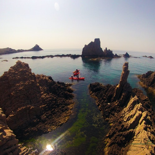 Cabo de Gata: Acantilado en kayak