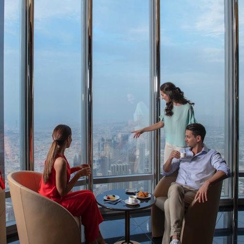 Burj Khalifa: Té en las nubes en el bar The Lounge (pisos 152 - 154)