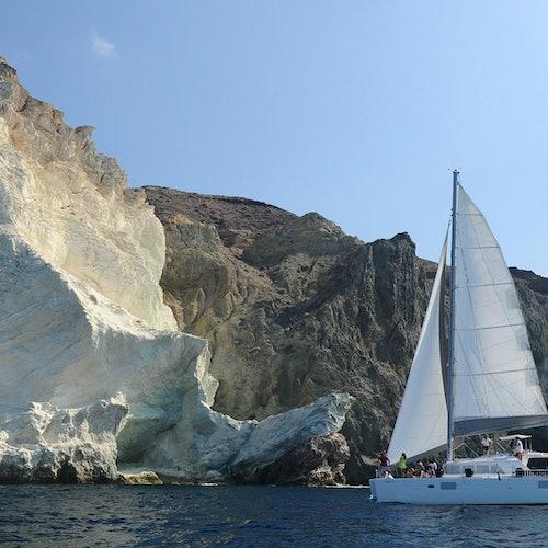Santorini Sailing: Crucero compartido en catamarán al atardecer